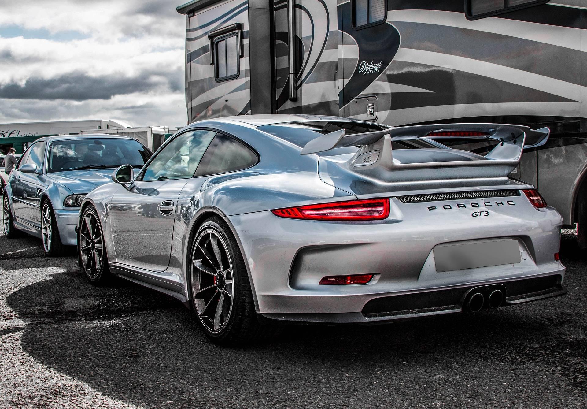 Porsche a coté de remorque